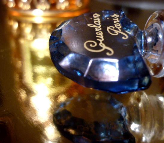 Shalimar na zlatě, v pozadí abeille dorée